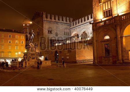 Brunnen von Neptun und re Enzo Palast in Bologna in der Nacht