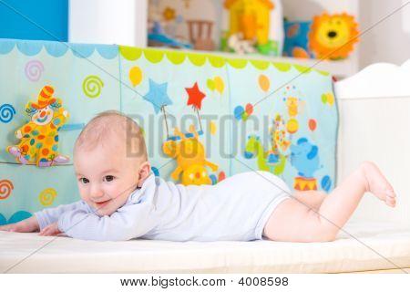 Feliz bebé en la cuna
