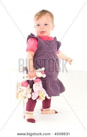 Babymädchen Stand auf Krippe