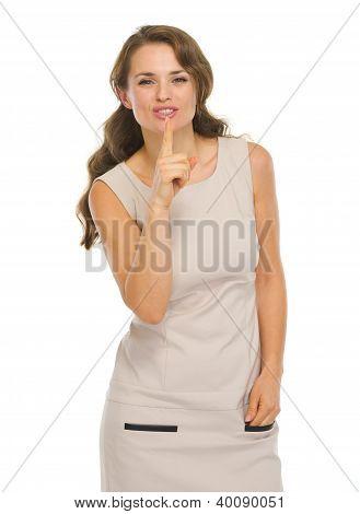 Jovem mulher com vestido mostrando Shh... Gesto