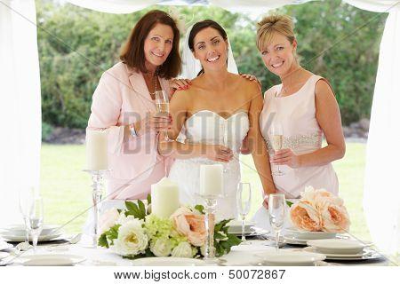 Multi generación mujeres en boda