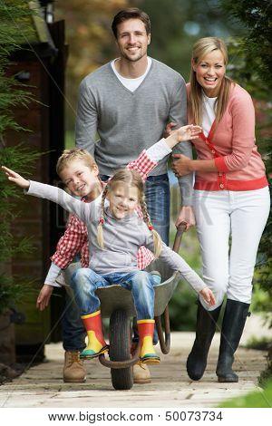 Los padres dar a los niños ir en carretilla