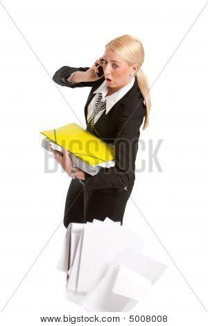geschäftsfrau fallen alle ihre Papiere