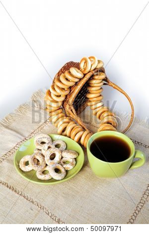 Tea in a green mug and bagels on a linen napkin