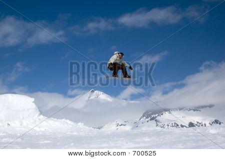 Snowboarder saltar alto en el aire