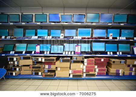 Estante de cristal líquido muestra y monitores en tienda electrónica