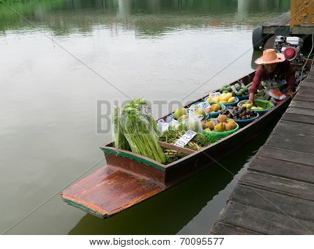 Nakhon Pathom,thailand- August 3,2014: Floating Market In Tha Chin River