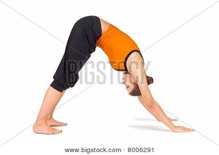 Jonge vrouw beoefenen van Yoga Asana passen