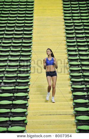 Frau Joggen im Leichtathletik-Stadion