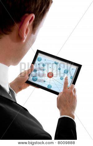 Businessman holding einen Touchpad-pc und im sozialen Netz surfen