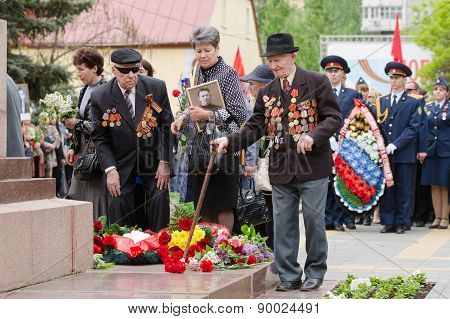 The Veterans Laid Flowers At The Monument To Fallen Soldiers