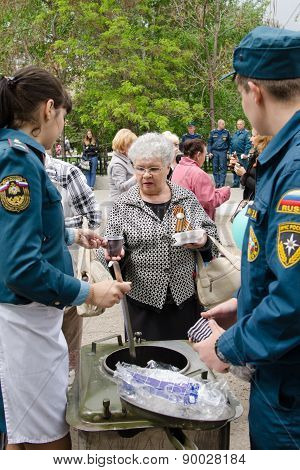Rescuers Are Treated To Tea With Her Grandmother Field Kitchen