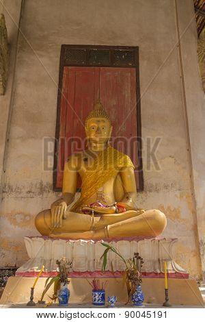 gold buddha statue sitting