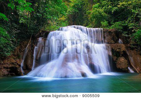 Bosque profundo cascada en Kanchanaburi, Tailandia