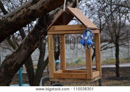 Wooden lodge of birdies