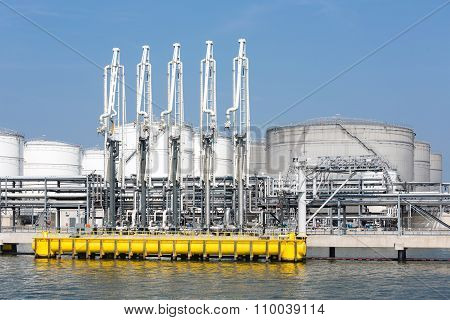Sea Harbor With Transhipment Equipment For Oil Tankers