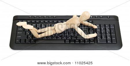 maniquí de madera en un teclado