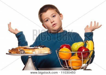 ein Junge Auswahl an gesunde oder ungesunde Snacks