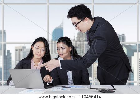 Male Trainer Explaining A Job In Office