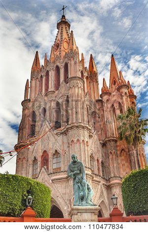 Father Juan De San Miiguel Statue Facade Parroquia Christmas Archangel Church San Miguel Mexico