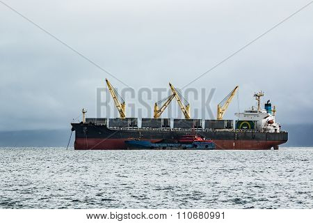 loading coal ship raid