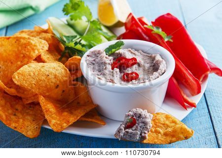 Bean dip with corn chips and vegetables