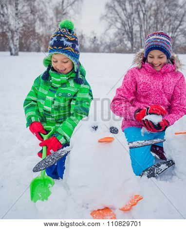 Kids plaing in the snow