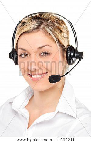 Retrato de um operador de serviço ao cliente feminino jovem vestindo um fone de ouvido