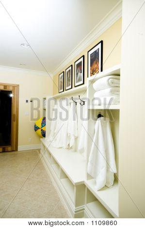 Vestuario con batas de baño toallas
