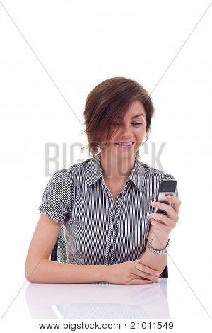 Business-Frau, die eine Kurzmitteilung senden