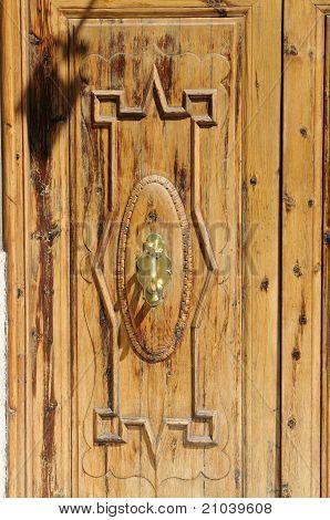 Puerta de madera con aldaba de puerta