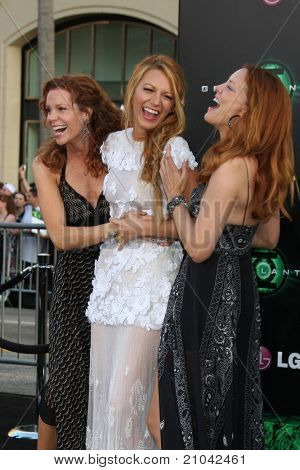 LOS ANGELES - JUN 15:  Robyn Lively, Blake Lively, Lori Lively arriving at the Green Lantern Premiere at Grauman's Chinese Theater on June 15, 2011 in Los Angeles, CA