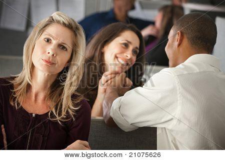 Frau envying Mitarbeiter