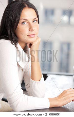brillante imagen de mujer tranquila y seria
