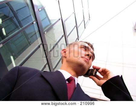 Empresario mediante un teléfono móvil