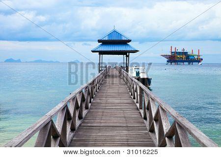Paseo marítimo de la serenidad en la isla tropical