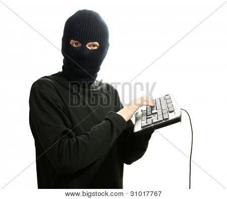 Hacker in schwarze Maske mit Tastatur, isolated on white