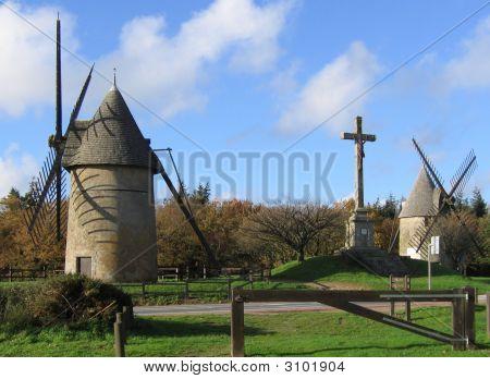 Um par de moinhos de vento na França Rural