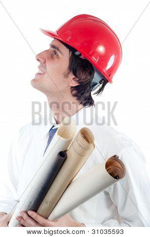 Porträt des jungen lächelnd Ingenieur holding Blueprints und Nachschlagen isoliert auf weiss