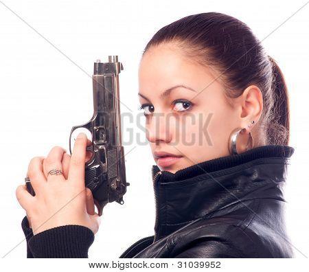Hermosa chica en cuero negro chaqueta y beretta pistola en sus manos aisladas sobre fondo blanco