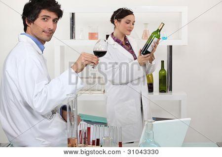 Mann und Frau testen Wein im Wissenschaftslabor