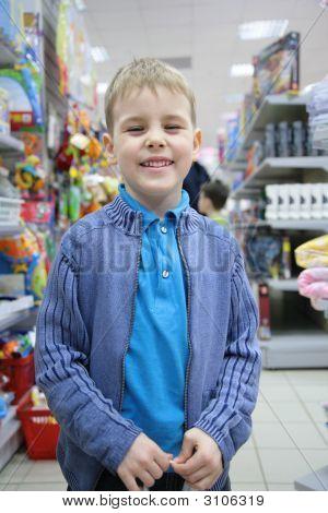 Junge im Toy-Bereich im Shop