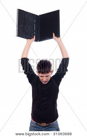 Adolescente irritado jogando laptop isolado no branco