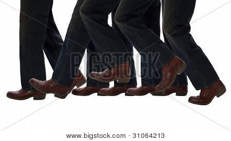 Pernas andando um passo para a frente