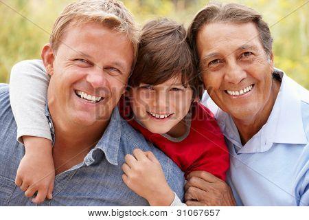 tres generaciones de hombres hispanos
