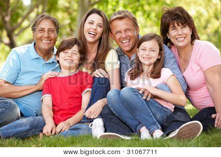 Multi Generation hispanische Familie im park