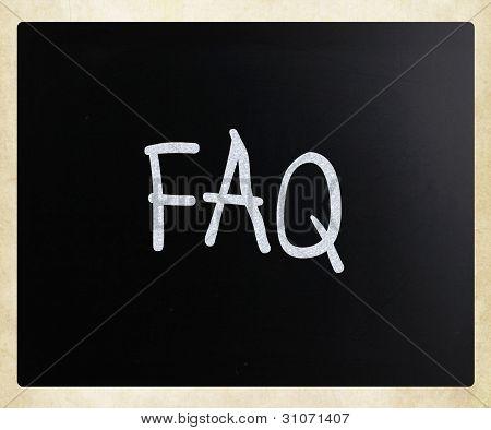 """""""faq"""" handschriftlich mit weißer Kreide auf einer Tafel"""