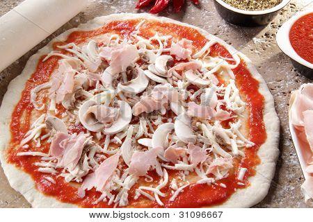 Preparation of the pizza margheritawhit mozzarella