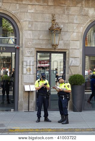 Dos policías en Barcelona.