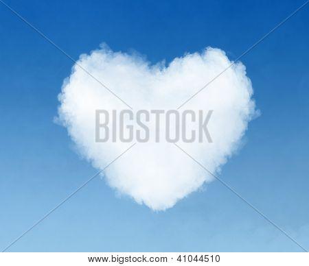 coração em forma de nuvem no céu